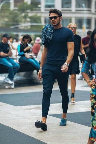 Wie kombinieren: dunkelblaues T-Shirt mit einem Rundhalsausschnitt, dunkelblaue Jogginghose, dunkelblaue Leder Slipper mit Quasten, schwarze Sonnenbrille
