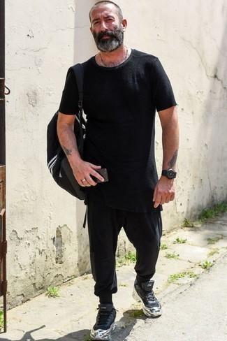 Schwarze Jogginghose kombinieren: lässige Outfits: trends 2020: Ein schwarzes T-Shirt mit einem Rundhalsausschnitt und eine schwarze Jogginghose sind eine kluge Outfit-Formel für Ihre Sammlung. Ergänzen Sie Ihr Look mit schwarzen Sportschuhen.