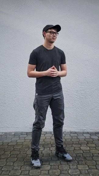 schwarzes T-Shirt mit einem Rundhalsausschnitt, dunkelgraue Jogginghose, graue Sportschuhe, schwarze Baseballkappe für Herren