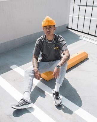 Orange Mütze kombinieren – 204 Herren Outfits: Für ein bequemes Couch-Outfit, tragen Sie ein dunkelgraues T-Shirt mit einem Rundhalsausschnitt und eine orange Mütze. Fügen Sie grauen Sportschuhe für ein unmittelbares Style-Upgrade zu Ihrem Look hinzu.