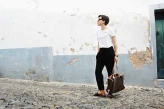 Dunkelbraune flache Sandalen aus Leder kombinieren: trends 2020: Entscheiden Sie sich für ein weißes T-Shirt mit einem Rundhalsausschnitt und eine schwarze Karottenhose, umeinen wunderbaren, entspannten Look zu erzielen, der in der Garderobe der Frau nicht fehlen darf. Dunkelbraune flache Sandalen aus Leder liefern einen wunderschönen Kontrast zu dem Rest des Looks.