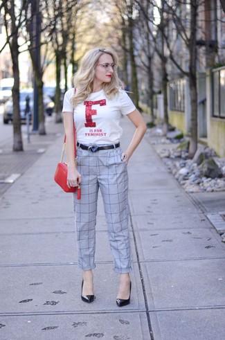 Wie kombinieren: weißes und rotes bedrucktes T-Shirt mit einem Rundhalsausschnitt, graue Karottenhose mit Karomuster, schwarze Leder Pumps, rote Leder Umhängetasche