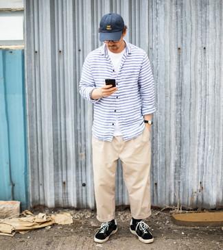 Dunkelblaue Baseballkappe kombinieren – 436 Herren Outfits: Ein weißes T-Shirt mit einem Rundhalsausschnitt und eine dunkelblaue Baseballkappe sind eine ideale Outfit-Formel für Ihre Sammlung. Fühlen Sie sich ideenreich? Wählen Sie schwarzen und weißen Segeltuch niedrige Sneakers.