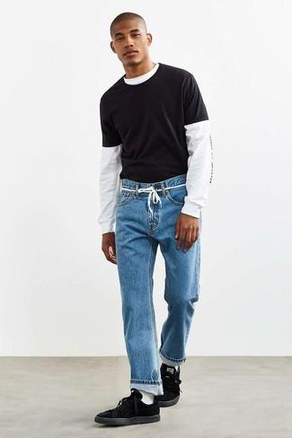 Weiße Socken kombinieren: Für ein bequemes Couch-Outfit, paaren Sie ein weißes und schwarzes bedrucktes Langarmshirt mit weißen Socken. Fühlen Sie sich ideenreich? Vervollständigen Sie Ihr Outfit mit schwarzen Wildleder niedrigen Sneakers.