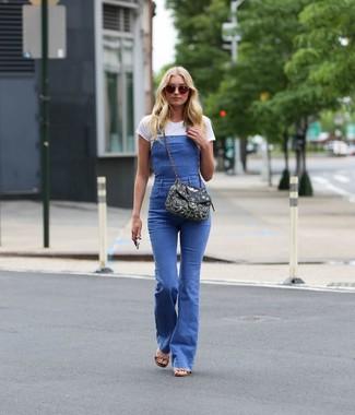 Wie kombinieren: weißes T-Shirt mit einem Rundhalsausschnitt, blaue Jeans Latzhose, beige Leder Sandaletten, schwarze verzierte Segeltuch Umhängetasche
