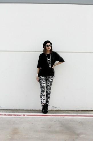 Wie kombinieren: schwarzes T-Shirt mit einem Rundhalsausschnitt, schwarze und weiße bedruckte Leggings, schwarze Schnürstiefeletten aus Wildleder, schwarzes Barett