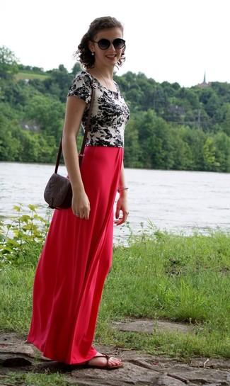 Dunkelbraune flache Sandalen aus Leder kombinieren: trends 2020: Tragen Sie ein weißes und schwarzes T-Shirt mit einem Rundhalsausschnitt mit Blumenmuster und einen roten Maxirock, um einen stilvollen Casual-Look zu erhalten. Warum kombinieren Sie Ihr Outfit für einen legereren Auftritt nicht mal mit dunkelbraunen flachen Sandalen aus Leder?