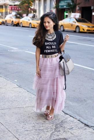 Wie kombinieren: schwarzes und weißes bedrucktes T-Shirt mit einem Rundhalsausschnitt, rosa Chiffon Maxirock, rosa flache Sandalen aus Paillette, graue Satchel-Tasche aus Leder