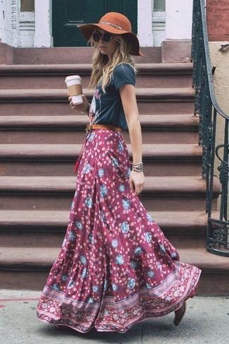 Wie kombinieren: dunkelgraues bedrucktes T-Shirt mit einem Rundhalsausschnitt, dunkelroter Maxirock mit Blumenmuster, dunkelrote Leder Stiefeletten, brauner Wollhut