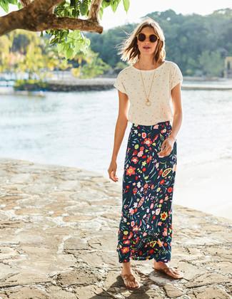 Wie kombinieren: weißes gepunktetes T-Shirt mit einem Rundhalsausschnitt, dunkelblauer Maxirock mit Blumenmuster, beige Leder Zehentrenner, gelbe Sonnenbrille