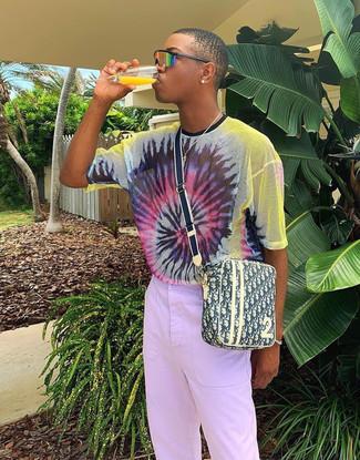 Wie kombinieren: mehrfarbiges Mit Batikmuster T-Shirt mit einem Rundhalsausschnitt, hellviolette Chinohose, gelbe bedruckte Segeltuch Umhängetasche, orange Sonnenbrille