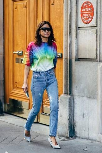 Wie kombinieren: mehrfarbiges Mit Batikmuster T-Shirt mit einem Rundhalsausschnitt, blaue Jeans, hellblaue Segeltuch Pumps, schwarze Sonnenbrille