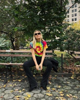 Wie kombinieren: mehrfarbiges Mit Batikmuster T-Shirt mit einem Rundhalsausschnitt, schwarze Schlagjeans, schwarze Wildleder Stiefeletten, schwarze Sonnenbrille