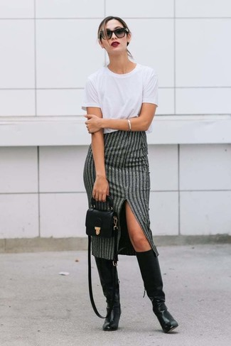 Wie kombinieren: weißes T-Shirt mit einem Rundhalsausschnitt, grauer vertikal gestreifter Midirock, schwarze kniehohe Stiefel aus Leder, schwarze Leder Umhängetasche