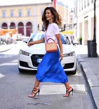 Wie kombinieren: weißes T-Shirt mit einem Rundhalsausschnitt, blauer Midirock aus Seide, fuchsia Leder Sandaletten, orange bedruckte Leder Umhängetasche