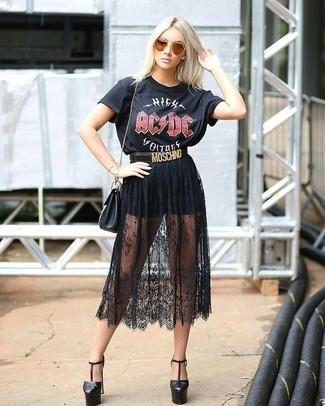 Wie kombinieren: schwarzes bedrucktes T-Shirt mit einem Rundhalsausschnitt, schwarzer Midirock aus Spitze, schwarze Shorts, schwarze Leder Pumps