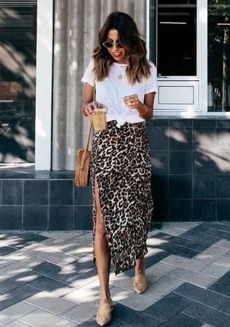 Wie kombinieren: weißes T-Shirt mit einem Rundhalsausschnitt, beige Midirock mit Leopardenmuster, beige Leder Slipper, beige Stroh Umhängetasche