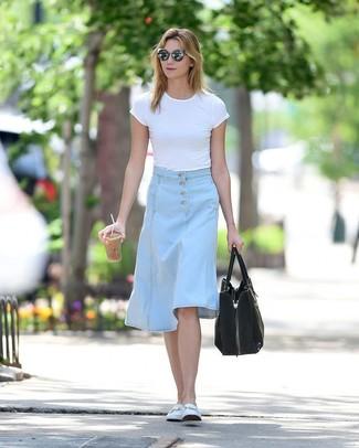 Wie kombinieren: weißes T-Shirt mit einem Rundhalsausschnitt, hellblauer Midirock aus Jeans, weiße Leder Slipper, schwarze Shopper Tasche aus Wildleder