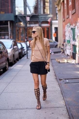 Wie kombinieren: hellbeige T-Shirt mit einem Rundhalsausschnitt, schwarzer Minirock, schwarze hohe Römersandalen aus Leder, schwarze Leder Umhängetasche