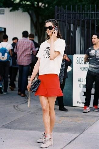 Graue hohe Sneakers aus Wildleder kombinieren – 5 Damen Outfits: Ein weißes und schwarzes bedrucktes T-Shirt mit einem Rundhalsausschnitt und ein roter Minirock sind perfekt geeignet, um einen tollen Casual-Look zu erreichen. Graue hohe Sneakers aus Wildleder sind eine großartige Wahl, um dieses Outfit zu vervollständigen.