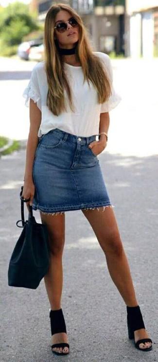 Wie kombinieren: weißes T-Shirt mit einem Rundhalsausschnitt mit Rüschen, blauer Jeans Minirock, schwarze Wildleder Sandaletten, schwarze Leder Beuteltasche