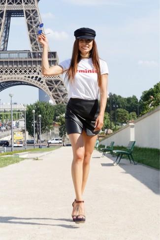 Wie kombinieren: weißes und rotes bedrucktes T-Shirt mit einem Rundhalsausschnitt, schwarzer Leder Minirock, dunkelbraune Leder Sandaletten, schwarze Schiebermütze