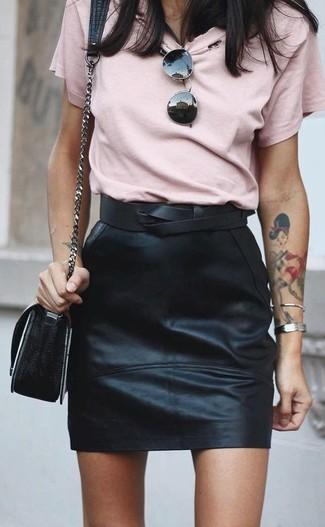 Wie kombinieren: rosa T-Shirt mit einem Rundhalsausschnitt, schwarzer Leder Minirock, schwarze Leder Umhängetasche, schwarzer Leder Taillengürtel