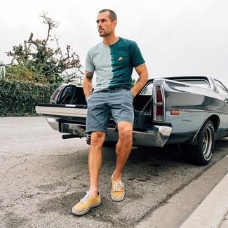 Wie kombinieren: mintgrünes T-Shirt mit einem Rundhalsausschnitt mit Acid-Waschung, graue Shorts, gelbe Segeltuch niedrige Sneakers, schwarzer Ledergürtel