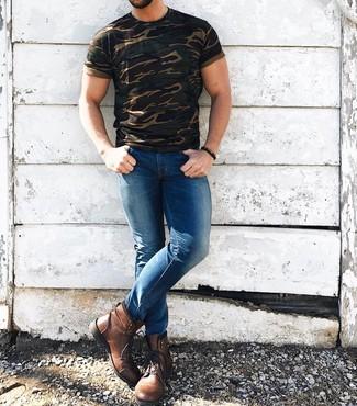 Wie kombinieren: olivgrünes Camouflage T-Shirt mit einem Rundhalsausschnitt, blaue enge Jeans, braune Lederfreizeitstiefel, dunkelbraunes verziert mit Perlen Armband