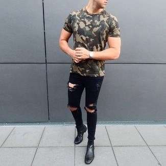 Wie kombinieren: olivgrünes Camouflage T-Shirt mit einem Rundhalsausschnitt, schwarze enge Jeans mit Destroyed-Effekten, schwarze Chelsea-Stiefel aus Leder, silberne Uhr