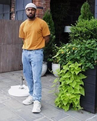 Weiße Sportschuhe kombinieren – 500+ Herren Outfits: Kombinieren Sie ein orange T-Shirt mit einem Rundhalsausschnitt mit hellblauen Jeans, um mühelos alles zu meistern, was auch immer der Tag bringen mag. Wenn Sie nicht durch und durch formal auftreten möchten, vervollständigen Sie Ihr Outfit mit weißen Sportschuhen.
