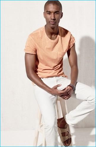 Wie kombinieren: orange T-Shirt mit einem Rundhalsausschnitt, weiße Jeans, hellbeige Wildledersandalen, dunkelblaues Armband