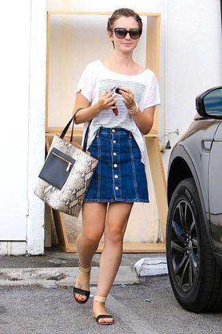 Wie kombinieren: weißes und blaues bedrucktes T-Shirt mit einem Rundhalsausschnitt, blauer Jeansrock mit knöpfen, schwarze flache Sandalen aus Leder, graue Shopper Tasche aus Leder mit Schlangenmuster