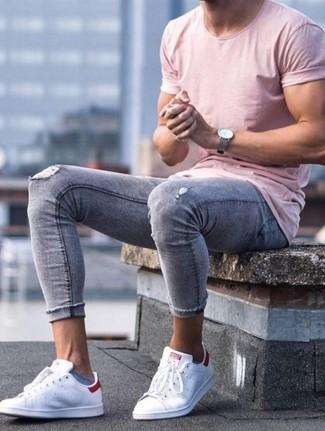 Wie kombinieren: rosa T-Shirt mit einem Rundhalsausschnitt, graue enge Jeans mit Destroyed-Effekten, weiße Leder niedrige Sneakers, graue Lederuhr