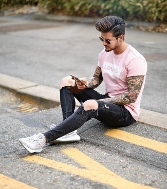 Dunkelgraue Jeans mit Destroyed-Effekten kombinieren – 153 Herren Outfits: Entscheiden Sie sich für ein rosa bedrucktes T-Shirt mit einem Rundhalsausschnitt und dunkelgrauen Jeans mit Destroyed-Effekten für einen entspannten Wochenend-Look. Komplettieren Sie Ihr Outfit mit grauen Sportschuhen.