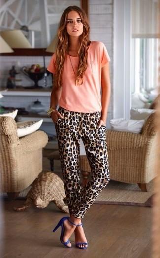 Wie kombinieren: rosa T-Shirt mit einem Rundhalsausschnitt, braune Karottenhose mit Leopardenmuster, blaue Wildleder Sandaletten, goldene Uhr