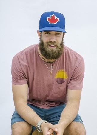 Wie kombinieren: rosa T-Shirt mit einem Rundhalsausschnitt, dunkeltürkise Shorts, blaue bedruckte Baseballkappe, hellbeige Uhr