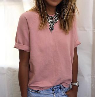 Rosa T-Shirt mit einem Rundhalsausschnitt kombinieren: trends 2020: Um ein legeres Outfit zu erzielen, probieren Sie diese Paarung aus einem rosa T-Shirt mit einem Rundhalsausschnitt und hellblauen Jeansshorts.