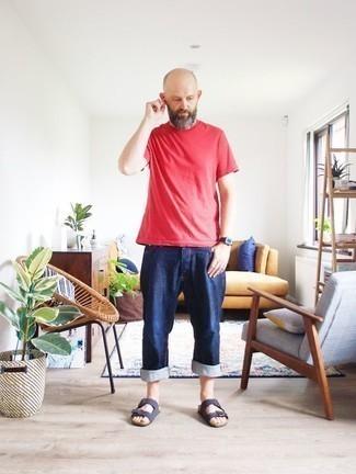 Rotes T-Shirt mit einem Rundhalsausschnitt kombinieren: trends 2020: Vereinigen Sie ein rotes T-Shirt mit einem Rundhalsausschnitt mit dunkelblauen Jeans, um mühelos alles zu meistern, was auch immer der Tag bringen mag. Wenn Sie nicht durch und durch formal auftreten möchten, komplettieren Sie Ihr Outfit mit dunkelblauen Wildledersandalen.