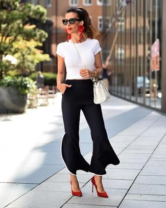 Wie kombinieren: weißes T-Shirt mit einem Rundhalsausschnitt, schwarze Schlaghose, rote Wildleder Pumps, weiße Leder Umhängetasche