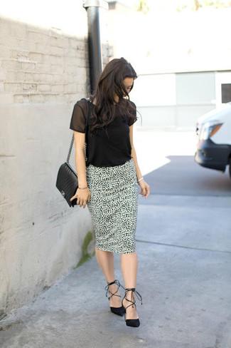 Wie kombinieren: schwarzes T-Shirt mit einem Rundhalsausschnitt aus Netzstoff, weißer und schwarzer bedruckter Bleistiftrock, schwarze Wildleder Pumps, schwarze gesteppte Leder Umhängetasche