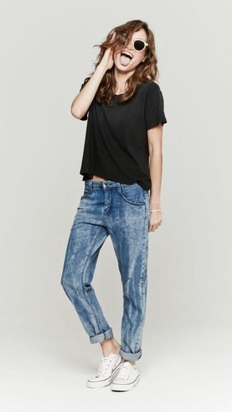 Wie kombinieren: schwarzes T-Shirt mit einem Rundhalsausschnitt, blaue Boyfriend Jeans, weiße Segeltuch niedrige Sneakers, weiße und schwarze Sonnenbrille