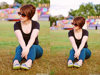 Wie kombinieren: schwarzes T-Shirt mit einem Rundhalsausschnitt, blaue enge Jeans, gelbgrüne Leder Ballerinas, braune Sonnenbrille