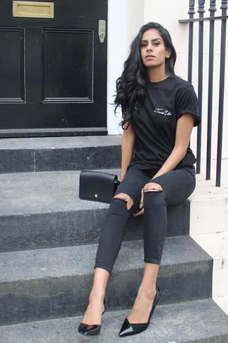Wie kombinieren: schwarzes T-Shirt mit einem Rundhalsausschnitt, schwarze enge Jeans mit Destroyed-Effekten, schwarze Leder Pumps, schwarze Leder Umhängetasche