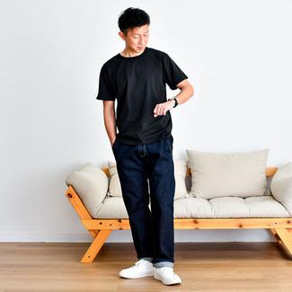 Schwarze Lederuhr kombinieren – 500+ Herren Outfits: Ein schwarzes T-Shirt mit einem Rundhalsausschnitt und eine schwarze Lederuhr sind eine kluge Outfit-Formel für Ihre Sammlung. Weiße Segeltuch niedrige Sneakers putzen umgehend selbst den bequemsten Look heraus.