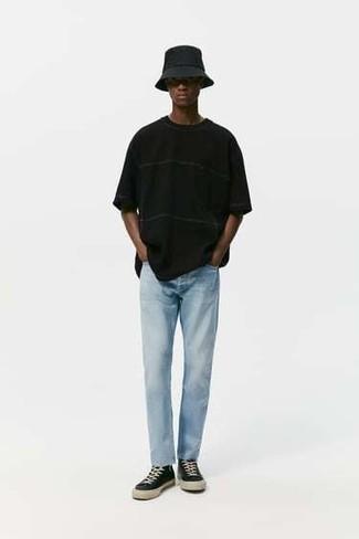 Schwarze hohe Sneakers aus Segeltuch kombinieren – 495 Herren Outfits: Entscheiden Sie sich für ein schwarzes T-Shirt mit einem Rundhalsausschnitt und hellblauen Jeans, um einen lockeren, aber dennoch stylischen Look zu erhalten. Fühlen Sie sich ideenreich? Komplettieren Sie Ihr Outfit mit schwarzen hohen Sneakers aus Segeltuch.