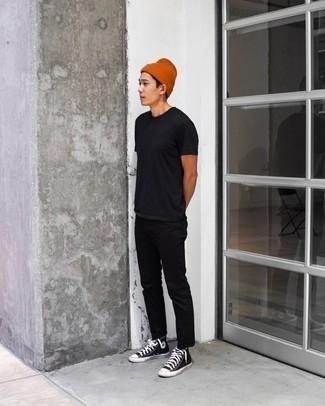 Orange Mütze kombinieren – 204 Herren Outfits: Für ein bequemes Couch-Outfit, kombinieren Sie ein schwarzes T-Shirt mit einem Rundhalsausschnitt mit einer orange Mütze. Setzen Sie bei den Schuhen auf die klassische Variante mit schwarzen und weißen hohen Sneakers aus Segeltuch.