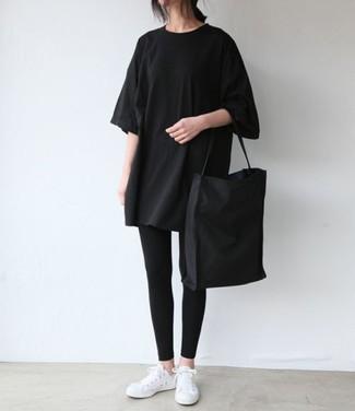 Wie kombinieren: schwarzes T-Shirt mit einem Rundhalsausschnitt, schwarze Leggings, weiße niedrige Sneakers, schwarze Shopper Tasche aus Segeltuch