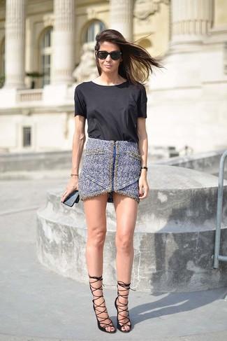 Wie kombinieren: schwarzes T-Shirt mit einem Rundhalsausschnitt, blauer Tweed Minirock, schwarze Leder Sandaletten, schwarze Sonnenbrille