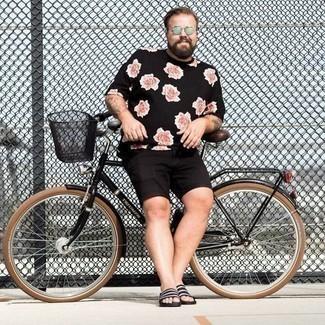 Zehensandalen kombinieren – 125 Herren Outfits: Ein schwarzes T-Shirt mit einem Rundhalsausschnitt mit Blumenmuster und schwarze Shorts sind eine perfekte Outfit-Formel für Ihre Sammlung. Fühlen Sie sich mutig? Komplettieren Sie Ihr Outfit mit Zehensandalen.
